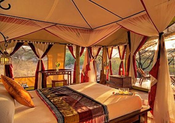Az oázisban ilyen sátrakban lehet megpihenni. A kényelmes ágyban feküdve az ember még vadállatokat is megleshet.