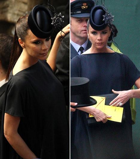 Victoria Beckham  Az esküvőre több híresség mellett a negyedik gyermeküket váró Beckham-házaspár is kapott meghívót. Victoria ezúttal a letisztult elegancia mellett döntött: sötét, a pocakját egyáltalán nem hangsúlyozó zárt ruhát és a homlokába húzott apró kalapot viselt.  Kapcsolódó cikk: Nem fogsz ráismerni! Victoria Beckham drámaian megváltozott »