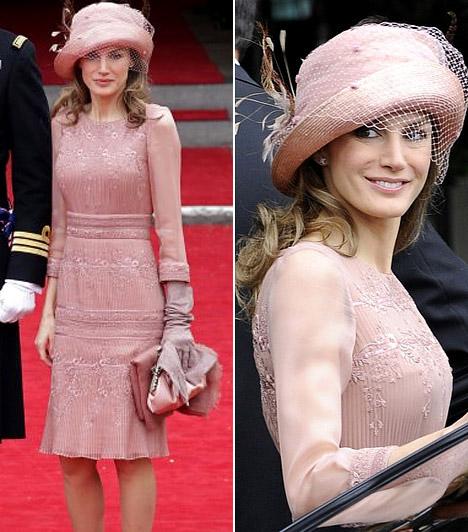 Letizia hercegnő  A spanyol szépség egyszerű bézs ruhájában csodásan nézett ki, láthatóan a kiegészítőkre is nagy hangsúlyt fektetett: kalapja, kesztyűje és táskája tökéletesen harmonizáltak egymással.