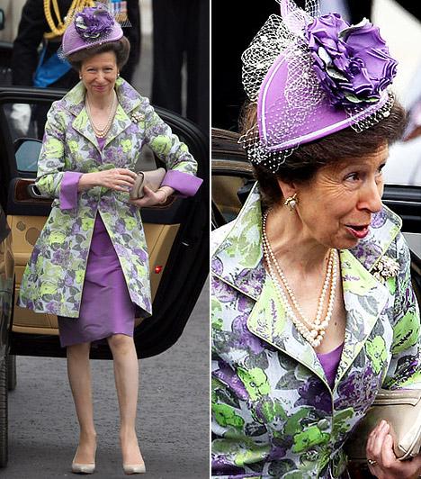 Anna hercegnő  Károly herceg húga lila ruhájához feltűnő, lila-zöld virágmintás hosszított zakót választott, az abroszra emlékeztető kompozíciót lila, virágdíszes fejfedővel tetézte. Hiába, a nemesi rang nem feltétlen jár együtt a kifinomult ízléssel.