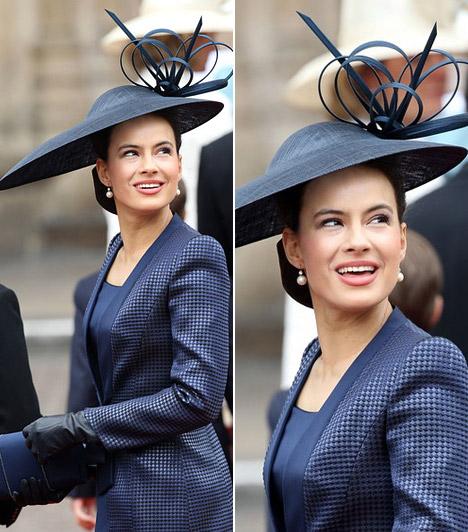 Lady Frederick Windsor  Az esküvőn többen is sötétkék ruhát viseltek, közülük kétségtelenül Sophie hercegnőé volt az egyik legelegánsabb, melyet aszimmetrikus kalapja tett igazán egyedivé.