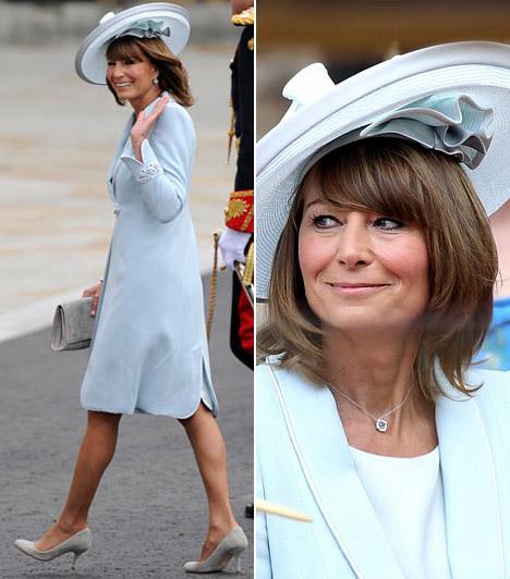 Carole Middleton  Az örömanya az esküvőn is hozta tőle megszokott remek formáját, halványkék kosztüméhez kiválóan passzolt a féloldalas, viszonylag nagy karimájú kalap, mely egyébként a dress code elengedhetetlen részét képezte.  Kapcsolódó cikk: Elbűvölő fotók! Kate Middleton édesanyja 50 fölött is igazi bombázó »