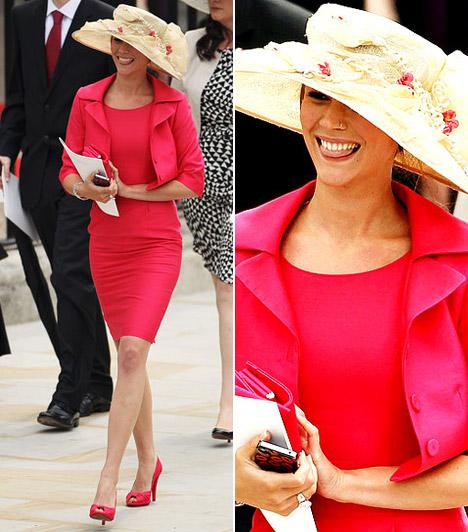 Joss Stone  A merész öltözködési stílusáról ismert énekesnő az alkalomnak megfelelő, zárt piros ruhát és hozzá illő bolerót választott, melynek színe kalapja díszein is visszaköszönt. Ám piercingjétől még a hercegi esküvő kedvéért sem vált meg.