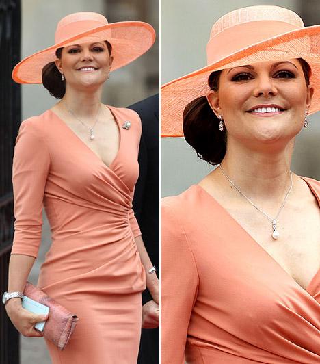 Victoria hercegnőA svéd hercegnő barackszínű V-kivágású ruhát viselt, színben hozzá passzoló, széles karimájú kalapjával vidám összhatást keltett.