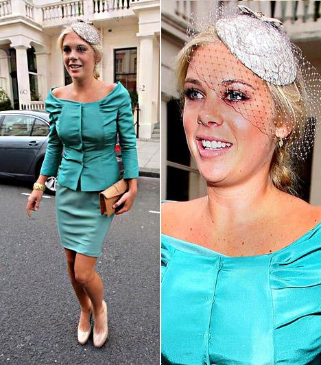 Chelsy Davy  Harry herceg barátnője jobban is kitehetett volna magáért, türkiz miniszoknyájában és vállát lazán szabadon hagyó felsőjében mintha épp a péntek esti buliba indult volna - talán csak az aprócska kalap árulkodott róla, hogy igencsak impozáns eseményre igyekszik.  Kapcsolódó cikk: Nem csoda, ha Pippával flörtölt! Harry herceg barátnője igazán közönséges »