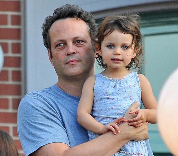 A kislány nagyon hasonlít a színészre, de szerencsére csak az előnyös vonásokat örökölte. Még csak kétéves, de már most nagyon érdekli a világ, folyton kérdez apukájától.