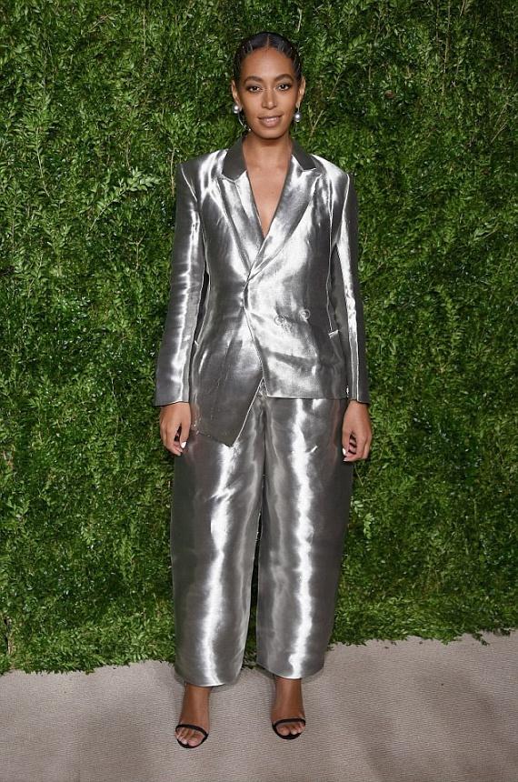 """""""Még az űrből is látni ezt a förtelmes ruhát"""", """"Hány percig kell sütni Solange-ot? Vagy más miatt tekerte magát alufóliába?"""", """"Solange, legközelebb hívd fel a nővéred, mielőtt kilépsz az utcára"""" - ilyen és ehhez hasonló kommentek érkeztek az énekesnő furcsa öltözékéről a Twitteren."""