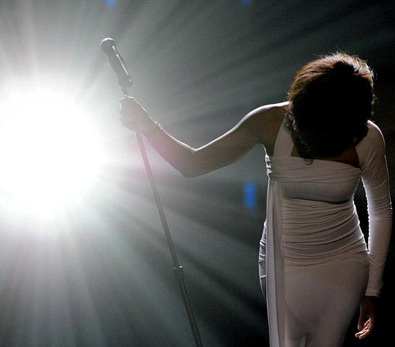 A különleges hangú énekesnőt lánya mellett rajongók millió gyászolják szerte a világon.