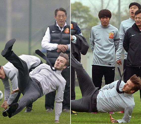 A kínaiak csak félve mosolyogtak David Beckhamen, aki éppen azért érkezett hozzájuk, hogy bemutassa, hogyan lehet profin játszani. Bár tény, egyes csapatoknál az esést is külön tanulják a játékosok.