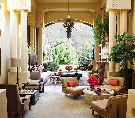 A színész házaspár otthona többféle stílust ötvöz: perzsa, marokkói, spanyol és kaliforniai tárgyak, bútorok és motívumok keverednek benne.