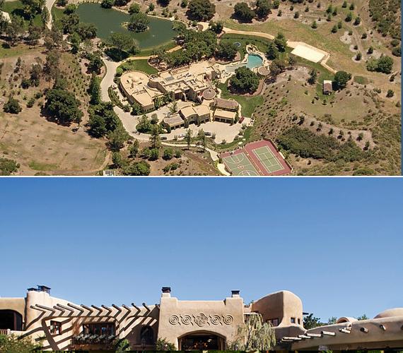 A 2540 négyzetméteres, nyomorúságos vityillót egy hatalmas birtok veszi körül, madártávlatból nem is családi háznak, hanem luxushotelnek tűnik.