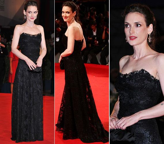 Az őzikeszemű színésznő fenségesen mutatott talpig fekete csipkében, a Dolce & Gabbana estélyihez Christian Louboutin cipőt és Lanvin fülbevalót párosított.