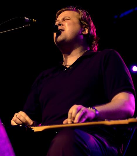 Jeff Healey (1966-2008)A kanadai Healey-t egy tűzoltó fogadta örökbe, majd nyolc hónapos korában egy ritka rákfajta miatt elveszítette látását. Ez azonban nem akadályozta meg abban, hogy speciális módszerrel megtanuljon gitározni, tehetségéről pedig mindent elárul, hogy olyan neves előadókkal állt színpadra, mint B.B. King vagy Eric Clapton.