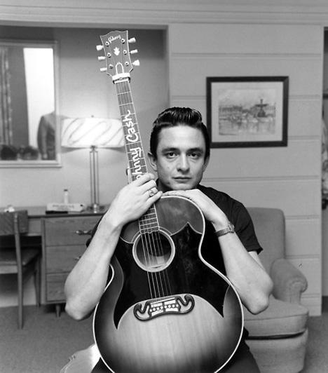 Johnny Cash (1932-2003)A 20. század egyik legnagyobb hatású zenésze a rockabilly és a rock&roll daloktól jutott el a country-ig, a blues-ig és a folkig, hogy aztán nem sokkal a halála előtt hátborzongató módon dolgozza fel a Nine Inch Nails Hurt című számát.