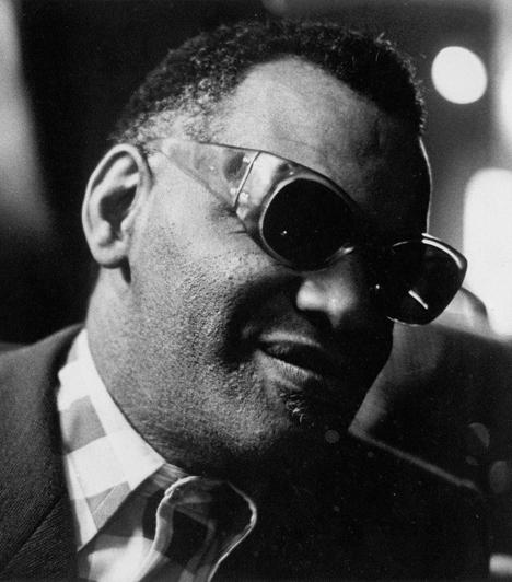 Ray Charles (1930-2004)  A soul műfajának úttörője öt éves korában kezdte elveszíteni a látását, hét éves korára pedig teljesen megvakult. Zenéjét nem csak a rajongók, de a szakma is imádta: 17 alkalommal tüntették ki Grammy-díjjal, halála után pedig a 2005-ös díjátadó gálát az emlékének ajánlották.