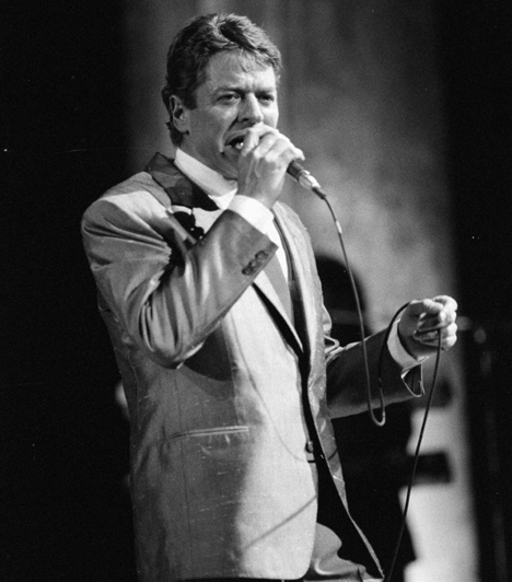 Robert Palmer (1949-2003)A mai napig játsszák a rádióállomások a brit énekes-dalszerző olyan világhírű dalait, mint aMercy Mercy Me / I Want You vagy a Know By Know. Nemcsak előadásmódja és zenéje, hanem megjelenése is mindig igényes volt: 1990-ben a Rolling Stone magazin őt választotta az év legjobban öltözött énekesének.