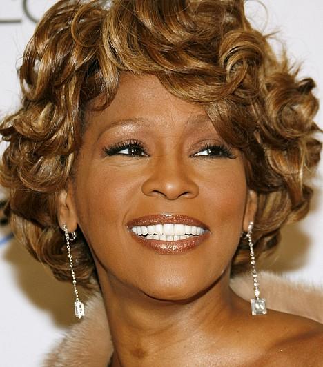 Whitney Houston (1963-2012)Whitney Houstont milliók imádták világszerte, ám sikerei ellenére neki is megvoltak a maga démonjai - zűrös szerelme élete mellett évekig szenvedett drogfüggőségben. 2012. február 11-én hunyt el, halálának pontos oka még nem tisztázott.Kapcsolódó cikk:Gyászol a zenevilág! 48 éves korában holtan találták Whitney Houstont »