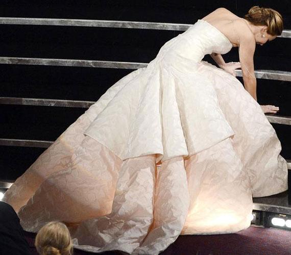 Jennifer Lawrence még kellemetlenebb helyzetbe került, hiszen magán a díjkiosztón esett el, amikor a legjobb színésznőnek járó Oscar-díjért igyekezett a színpadra.