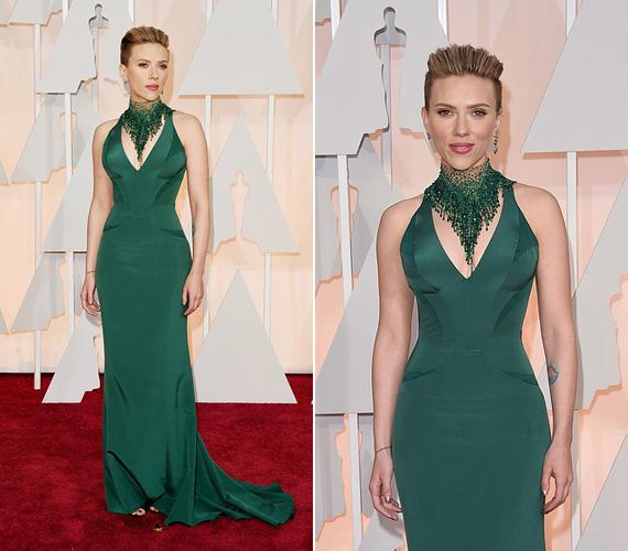 Scarlett Johansson ugyancsak feltűnő darabot választott az Oscar gála vörös szőnyegére: a zöld Versace ruha tökéletesen kihangsúlyozta nőies idomait. A 30 éves színésznő tavaly ősszel adott életet kislányának, de már egyáltalán nem látszanak rajta a terhességgel felszedett plusz kilók.